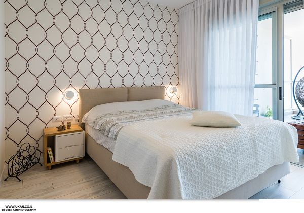 וילון בחדר השינה מייצר אווירה רומנטית החשובה לזוגיות